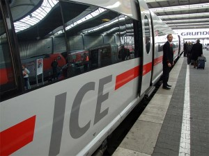 Tren ICE en la estación de Berlín, Alemania. (Foto Flickr de tossmeanote)