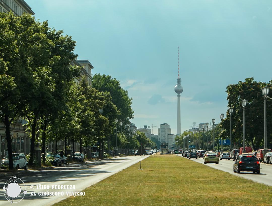 Fernsehturm desde la larguísima Karl Marx Allee, en el antiguo Berlín Este. ©Iñigo Pedrueza.