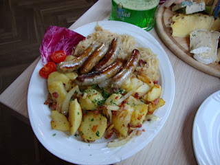 Plato típico de Baviera: Pretzels, Nürnberg Bratwurst, Kartoffelsalat y cerveza