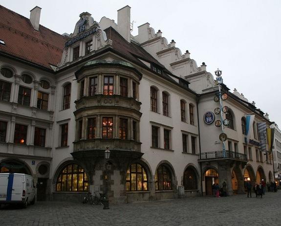 En Hofbräuhaus, podrás degustar cerveza y productos típicos de la zona