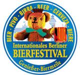 Grandes jarras de cerveza en el Berliner Bierfestival