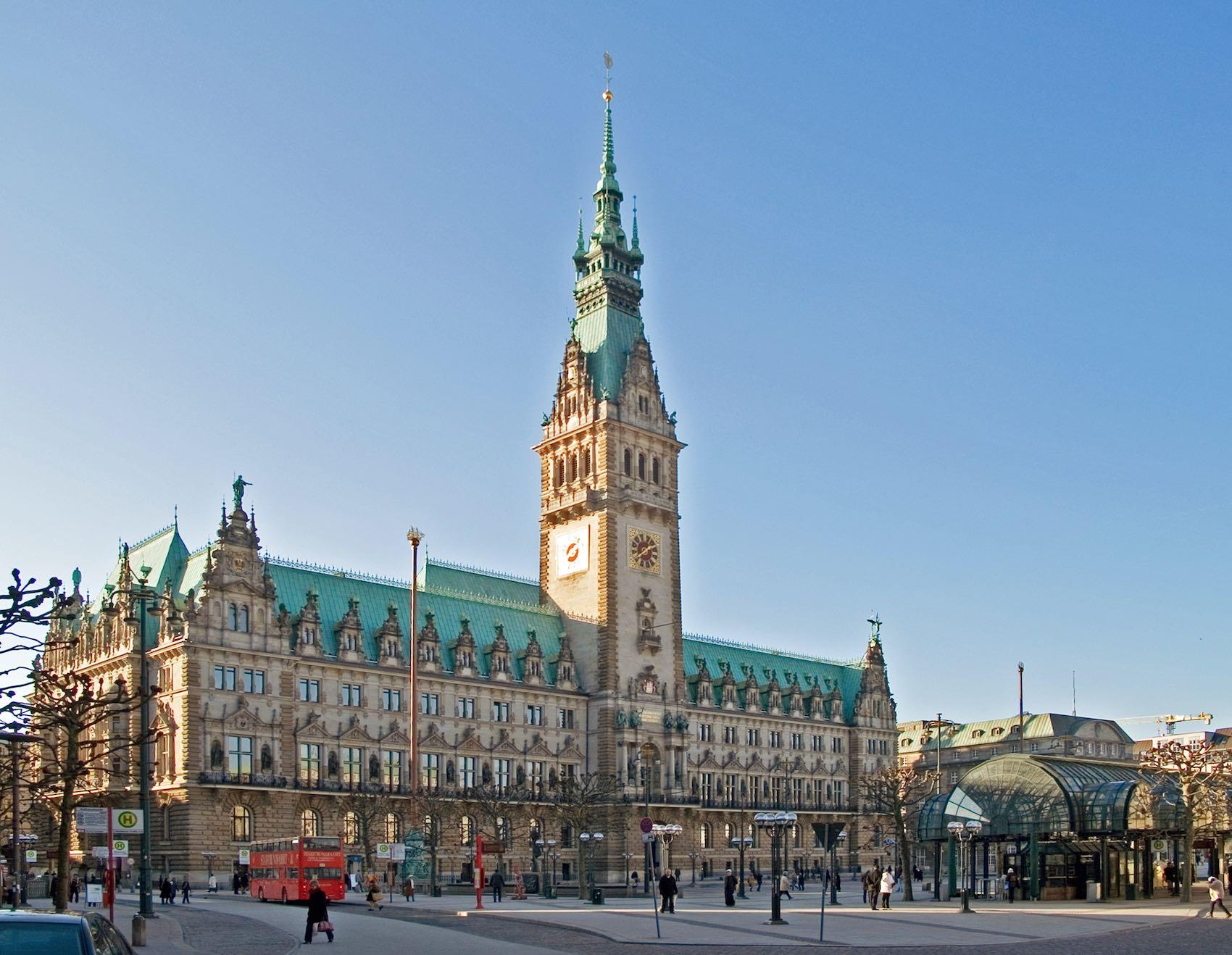 Ayuntamiento de Hamburgo, uno de los edificios más bonitos y más altos de la ciudad.